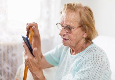 Starsza Pani używa smartfona
