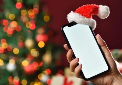 smartfon w czapce mikołaja