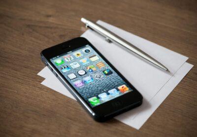 iPhone na biurku