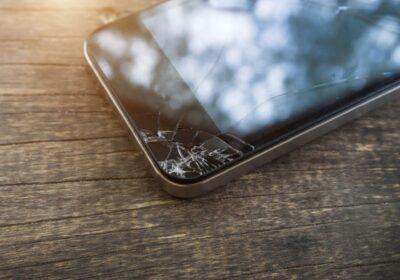 stłuczony ekran smartfona