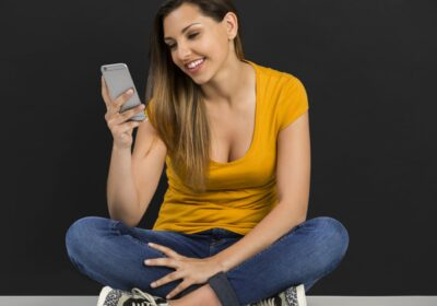 Szczęśliwa dziewczyna ze smartfonem